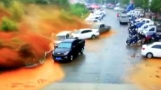 رصد مقطع فيديو لحظة وقوع انهيار أرضي مفاجئ في مدينة فونجيان أدى إلى ابتلاع العديد من السيارات