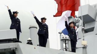 Các nữ thủy thủ của Hải quân Quân Giải phóng (PLAN) vào cảng Kaliningrad của Nga trong chuyến diễn tập chung ở Biển Baltic
