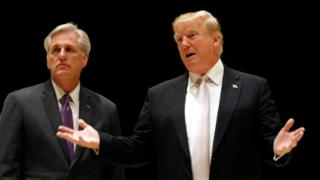 特朗普(右)与联邦众议院多数党领袖麦卡锡(左)在佛罗里达州西棕榈滩的特朗普国际高球俱乐部内会见记者(14/1/2017)