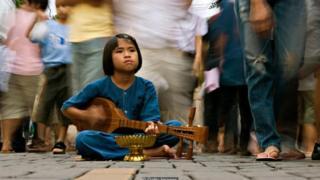 Niña tocando un instrumento