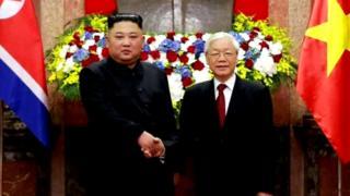 """Truyền thông Bắc Hàn nói ông Kim Jong-un trong chuyến thăm chính thức Việt Nam đã kêu gọi hai nước """"hợp tác phát triển trong mọi lĩnh vực"""" ở cả cấp đảng lẫn cấp chính phủ."""