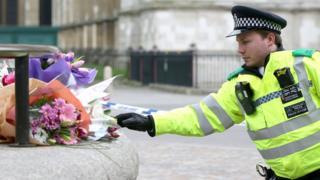 Полицейский с цветами