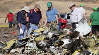فريق يجري تحقيقا في حادث الطائرة الأثيوبية