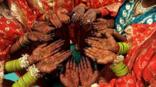 Manos de mujeres indias