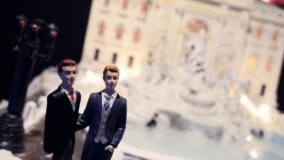 Свадебный торт с двумя статуэтками мужчин