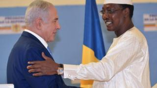 """Chadian President Idriss Deby Itno (R) shakes hands with Israeli Prime Minister Benjamin Netanyahu during a meeting at the presidential palace in N""""Djamena on January 20, 2019"""