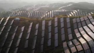 تیزی سے ہو رہی اقتصادی ترقی کی وجہ سے چین دنیا کے 25 فیصد کاربن اخراج کا ذمہ دار ہے لیکن چین نے اتنی ہی تیز رفتاری سے سولر فارمز بھی بنائے ہیں۔