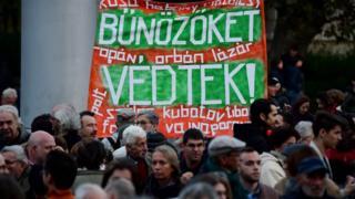 Muhalif gazetenin kapatılmasın ardından Cumartesi günü parlamentonun önünde de bir gösteri düzenlendi.