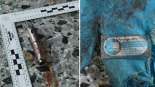El posible detonador de la bomba y los restos de una mochila.