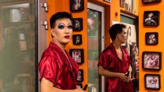 Kim Lee là một doanh nhân thành đạt nhưng cũng là một drag queen biểu diễn ở khắp Warsaw