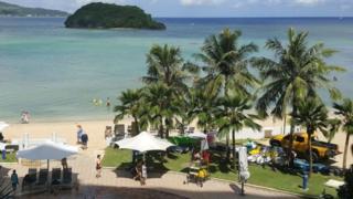 关岛是西太平洋上的一个岛屿,是美国5个建立平民政府的属地之一。