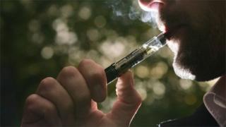 فردی در حال کشیدن سیگار الکترونیکی