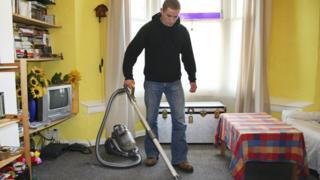 القيام بالأعمال المنزلية لمدة نصف ساعة يومياً أو 150 دقيقة في الأسبوع يقلل من خطر الموت من أي سبب بنسبة 28 في المئة