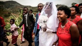 Un cortège de mariage à l'extérieur de Ruhengeri, au Rwanda.
