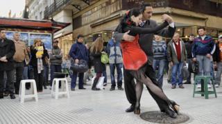 Casal dança tango nas ruas de Buenos Aires