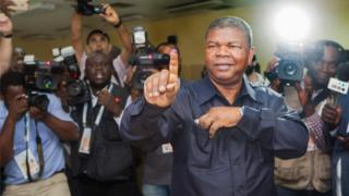 João Lourenço ka tirsan xisbiga MPLA ayaa codkiisa ka dhiibtay magaalada Luanda ee dalka Angola