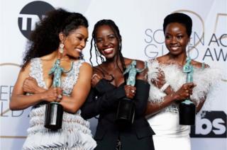 """آنگلا بست، لوپیتا نیونگ و دانای گوریرا پس از دریافت جایزه """"موشن پیکچرز"""" برای ایفای نقش در فیلم """"بلک پنتر"""""""