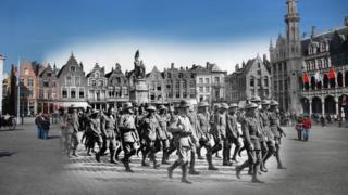 Birinci Dünya Savaşı sırasında Brugge kentinde Alman ordusunun ele geçirdiği İngiliz askerlerinin fotoğrafı, kentin günümüzdeki fotoğrafıyla birlikte