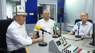 Би-Би-Синин студиясында (солдон оңго) Алтынбек Сулайманов, Эмил Үмөталиев жана Абдывахаб Нурбаев