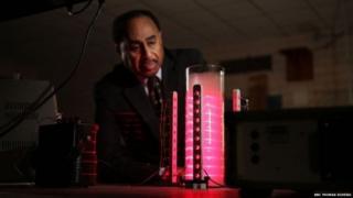 Ron Mallett frente a su dispositivo para demostrar principios que según asegura permitirían en un futuro construir una máquina del tiempo real