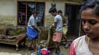 عائلة متضررة من الفيضان في ولاية كيرالا الهندية