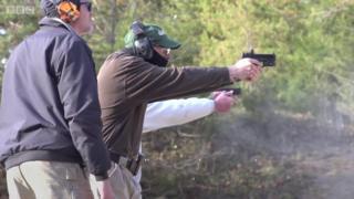Professores treinam com armas