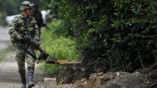 Ejército colombiano patrullando