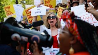 هزاران نفر در سراسر آمریکا در مخالفت با تصویب قوانین محدود کردن سقط جنین در چند ایالت این کشور دست به اعتراض زدند