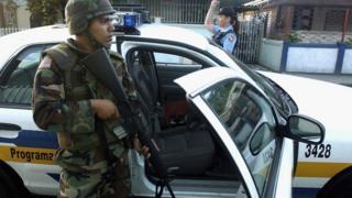 Militar en las calles de Puerto Rico.