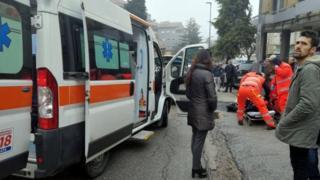 Một người bị thương được cấp cứu tại Macerata hôm 3/2