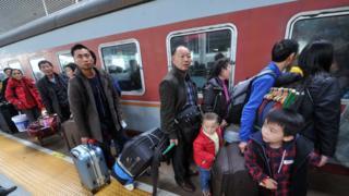 福州火车站旅客排队登车(中新社图片13/1/2017)