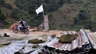 Una bandera blanca ondea en una zona de histórica presencia de las FARC en el centro de Colombia.