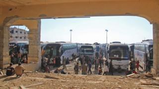 قوافل تقل مدنيين أجلوا من كفريا والفوعة