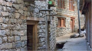 巴尔蒂居民充分利用周围喀拉昆仑山脉高耸的岩壁,在鹅卵石小巷建起考究的石屋,以及灌溉庄稼的石头水渠。