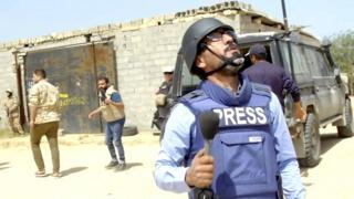 فريق بي بي سي ينجو من قصف جوي لقوات حفتر جنوبي طرابلس