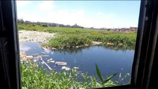 Janela de moradora da Vila Aymoré tem vista para o rio Tietê