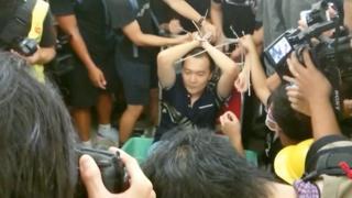 环球时报记者付国豪被示威者围堵绑手