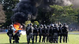 警察はデモ隊にゴム弾や催涙ガスを使った(24日、ブラジリア)
