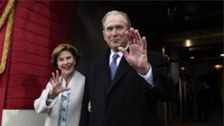 George W bush iyo xaaskiisa oo jooga xafladdii caleema saarka Trump