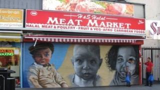 ภาพใบหน้าของเด็กน้อยน่ารักที่ประตูร้านค้า ช่วยป้องกันการลอบพ่นสีหรือขีดเขียนเลอะเทอะโดยกลุ่มนักเลงได้