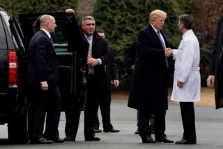 금요일 건강검진을 마치고 백악관 주치의 로니 잭슨과 악수하는 미국 트럼프 대통령