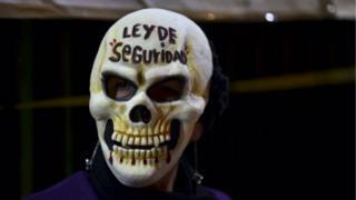 La ley para regularizar la presencia militar en las calles mexicanas desató protestas en el Senado.