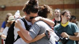 Mujeres se abrazan y lloran en la zona de la Torre Grenfell, edificio calcinado en Londres