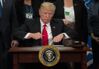 У середу Дональд Трамп підписав указ про початок будівництва стіни на кордоні із Мексикою