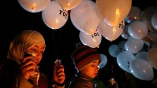 أطفال يحملون البالونات في أول يوم للهدنة في أحدى ضواحي دمشق