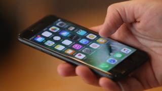 Un iPhone 7 testé dans un Apple store de Berlin le 16 septembre 2016.