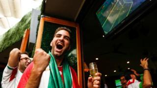 Iraníes celebrando en un partido de fútbol de su selección.