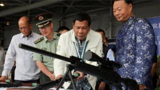 菲律宾总统在菲律宾克拉克空军基地举行的中国武器移交仪式上查看中国制造的7.62毫米高精度狙击步枪