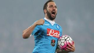 L'attaquant argentin de Naples Gonzalo Higuain jubile après un but marqué en 2016 en championnat d'Italie
