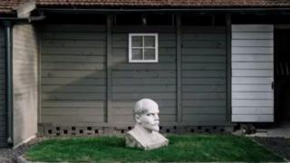 乌克兰的居民把列宁的雕像摆在院子里,当作装饰品。
